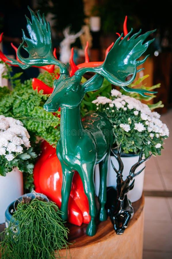Ceramiczne jelenie nowożytne rzeźby dla Bożenarodzeniowej dekoracji fotografia royalty free