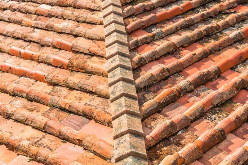 Ceramiczne pomarańczowe glin płytki na dachu budynek, kąt zdjęcie stock