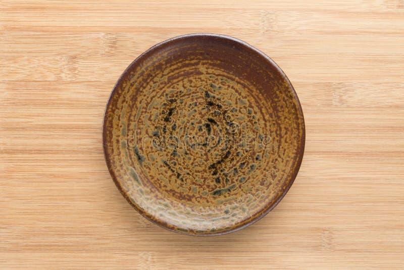 Ceramicznego naczynia talerz na białym drewnianym stole obraz stock