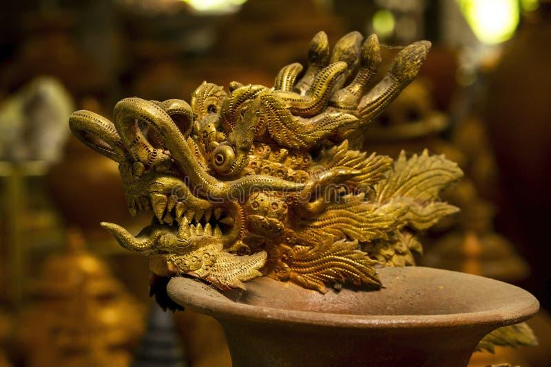 Ceramicznego projekta wzoru smoka złota głowa obraz stock