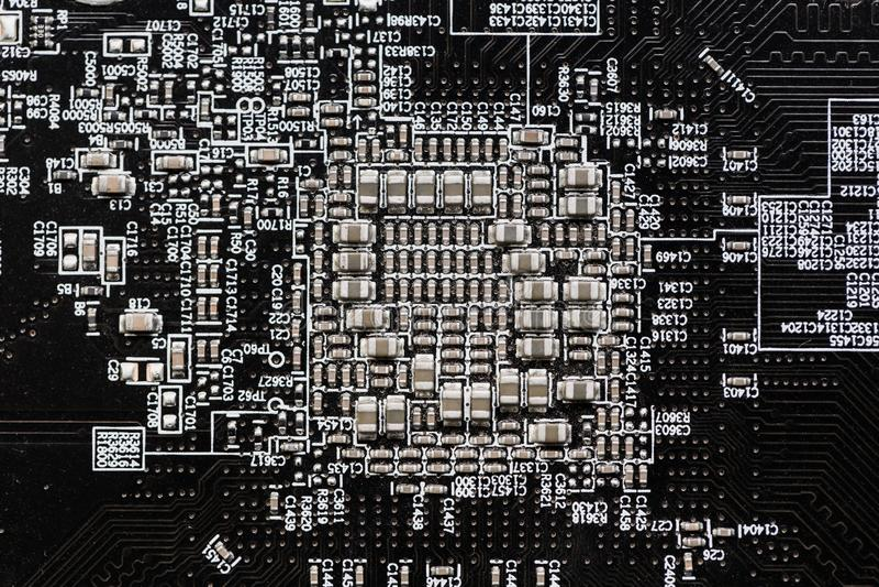 Ceramiczni Capacitors przy Cyfrowego elektronicznego obwodu deską zdjęcie royalty free