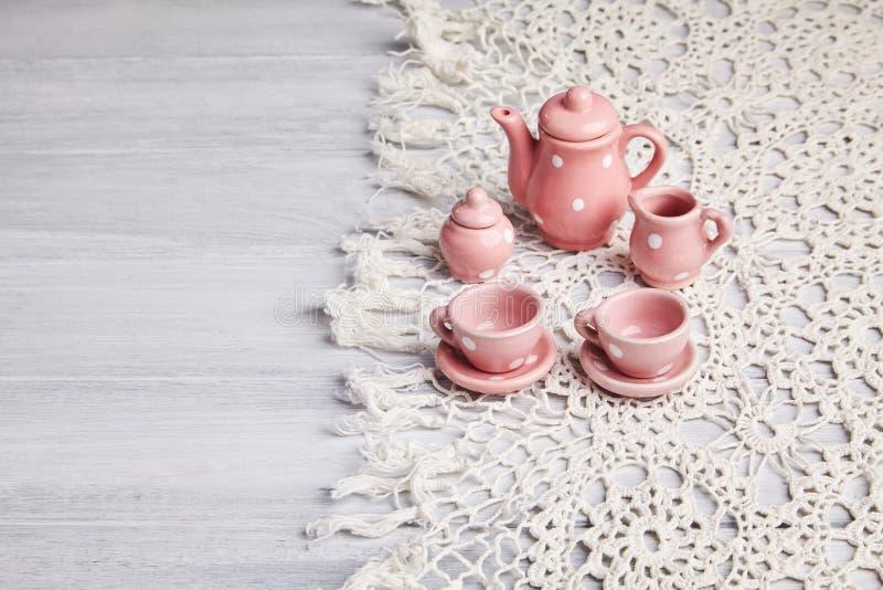 Ceramiczni naczynia na drewnianym stole zdjęcia royalty free