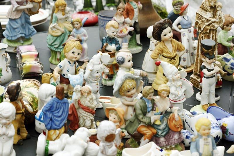 Ceramiczni posążki dla sprzedaży w pchli targ obrazy stock
