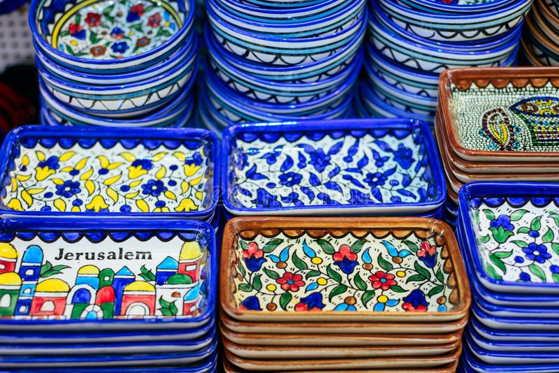 Ceramiczni talerze i inne pamiątki dla sprzedaży na Arabski baazar lokalizować wśrodku ścian Stary Cit fotografia stock