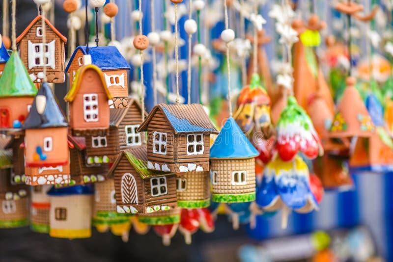 Ceramiczni wiszący dzwony w rękodzieło hali targowej Kaziukas, Vilnius, Lithuania obrazy royalty free