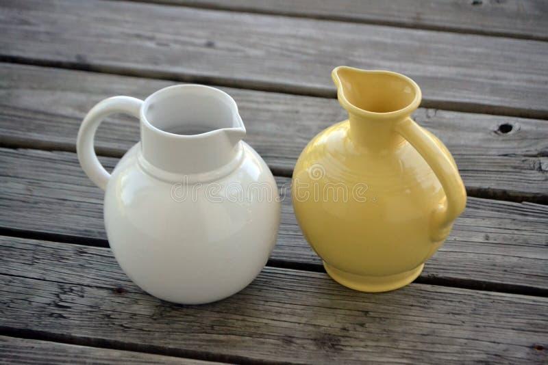 Ceramiczni wody lub mleka garnki zdjęcia royalty free