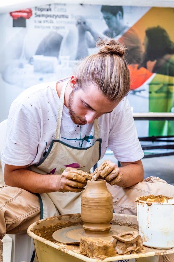 Ceramiczny artysta robi glinianemu garnkowi przy 12th Międzynarodowym Eskisehir Terra - cotta sympozjon obraz stock