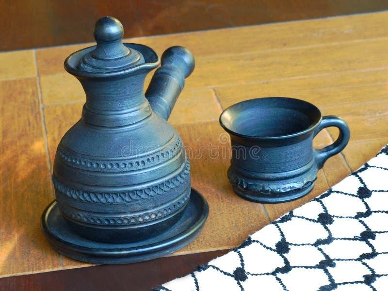 Ceramiczny coffeepot i filiżanka obraz royalty free