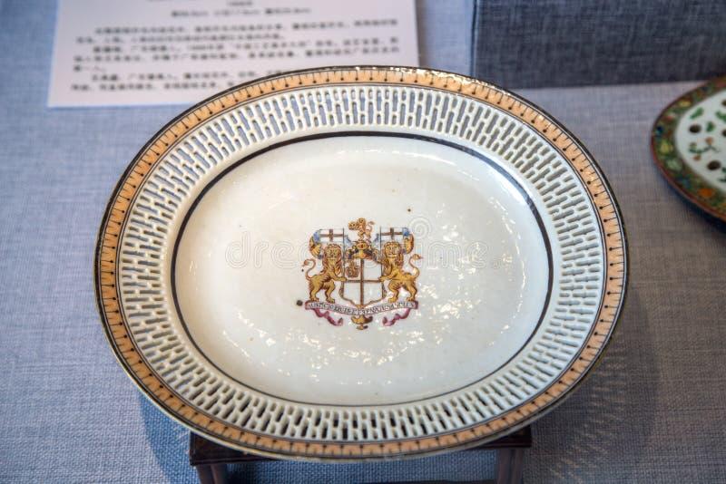 Ceramiczny dzieło sztuki podczas Qianlong okresu w Qing dynastii, malującej z owalem kształtował talerza Brytyjski Wschodni India zdjęcie royalty free