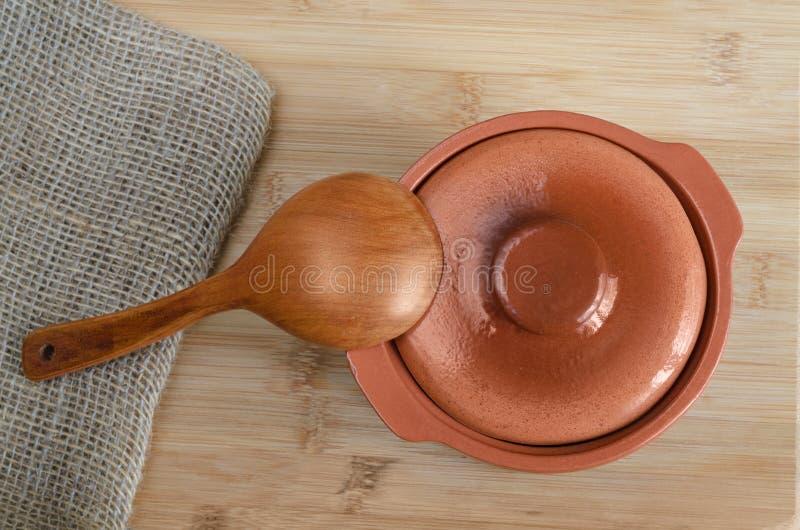 Ceramiczny garnek i drewniana łyżka fotografia stock