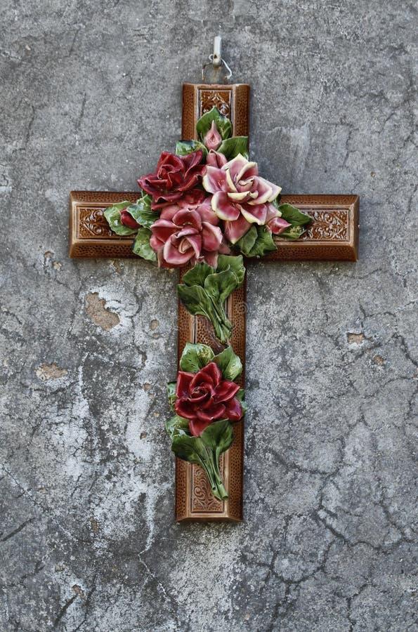 Ceramiczny krzyż z kwiatami zdjęcie royalty free