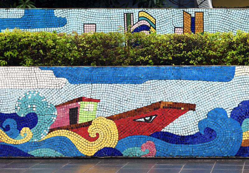 Ceramiczny mozaiki malowidło ścienne w Hanoi Hanoi WIETNAM, STYCZEŃ - 12, 2015 - obrazy stock