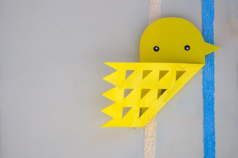 Ceramiczny ptak na wieśniak bricked ścianie obraz stock