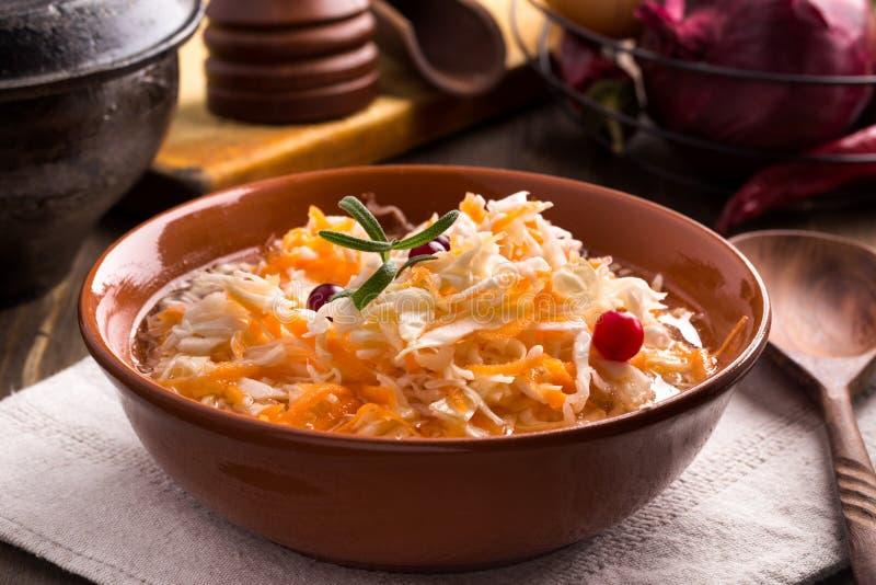 Ceramiczny puchar sauerkraut zdjęcia stock