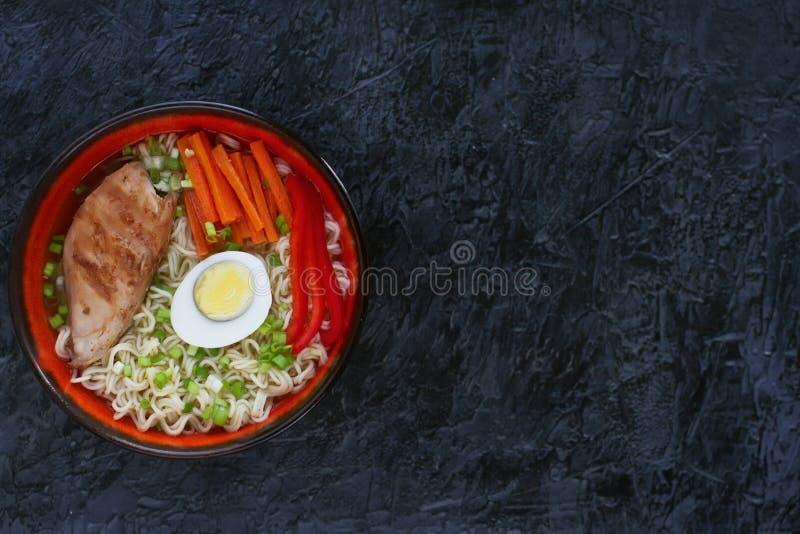 Ceramiczny puchar tradycyjna azjatykcia ramen polewka z kluskami, wiosny cebula, kurczak, pokrojony jajko, słuzyć z drewnianymi c obraz stock
