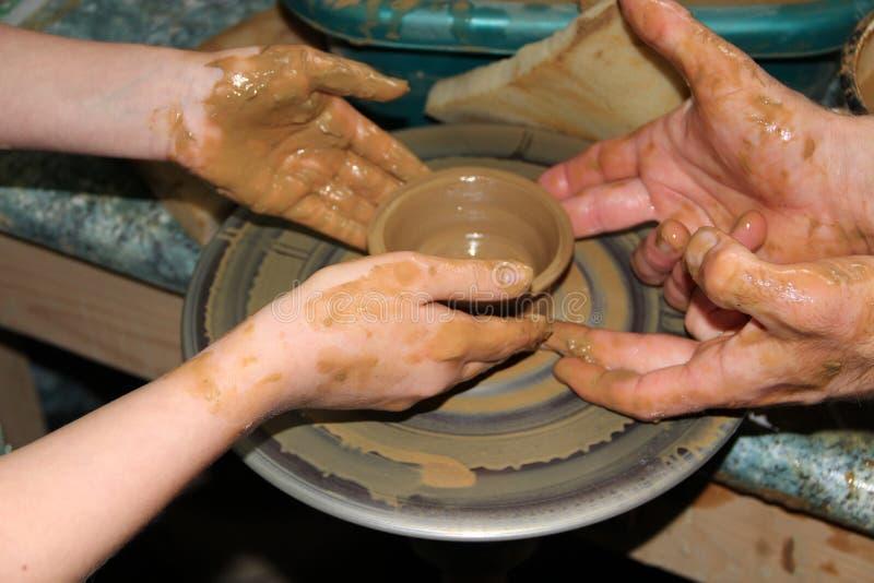 Ceramiczny robić proces Ceramiczny od gliny Sztuka garncarstwo Mistrzowska klasa od gliny na garncarki ` s kole  zdjęcia royalty free
