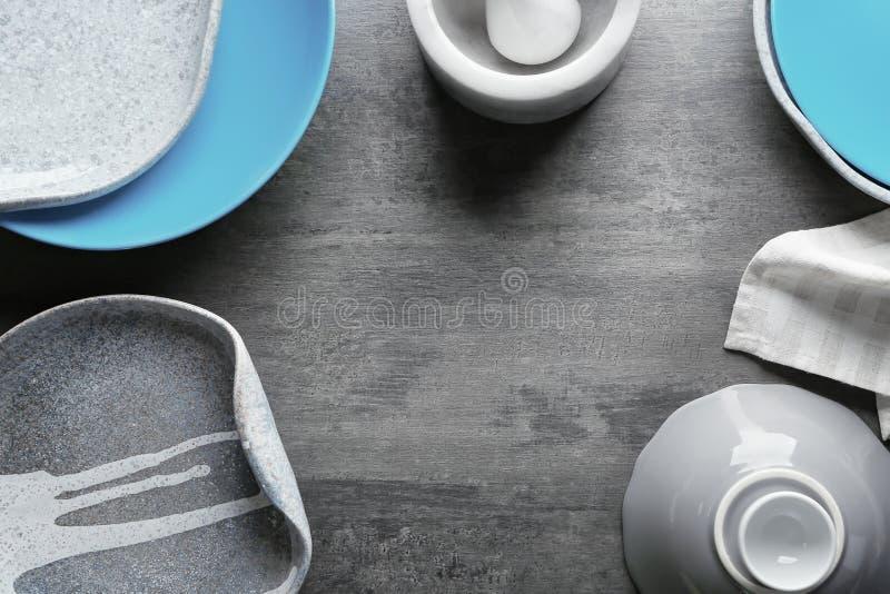 Ceramiczny tableware na tle fotografia stock