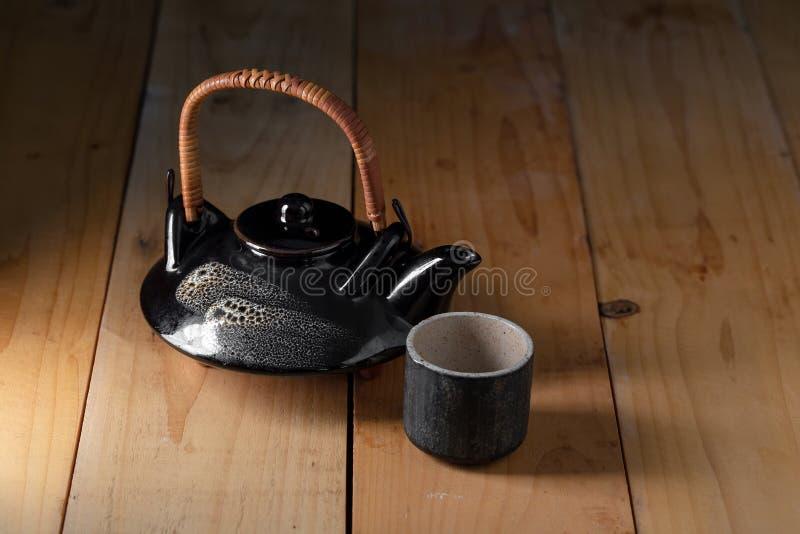 Ceramiczny Tableware Ustawiający na drewnianym tle zdjęcie stock