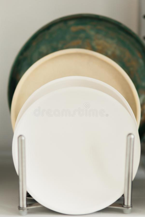 Ceramiczny talerz robi? na garncarce toczy wewn?trz warsztat zdjęcie royalty free
