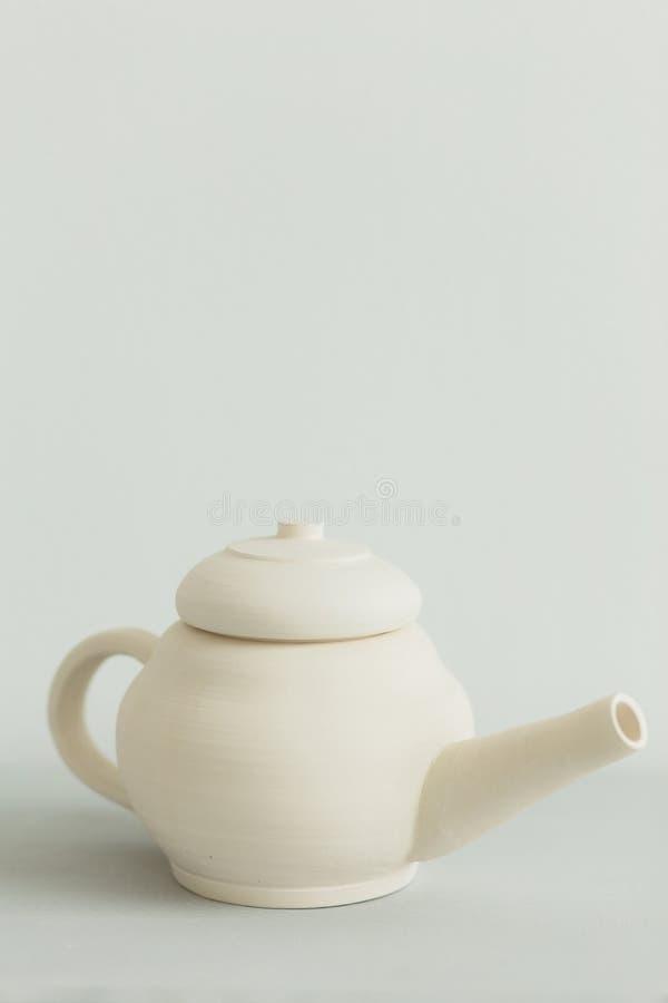 Ceramiczny teapot robić na garncarce toczy wewnątrz warsztat obraz stock