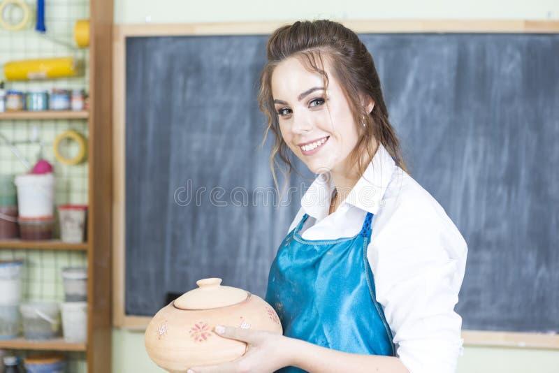 Ceramika W Warsztacie Podczas procesu roboczego Holding and Demonstration Ready Clay Bowl obrazy royalty free