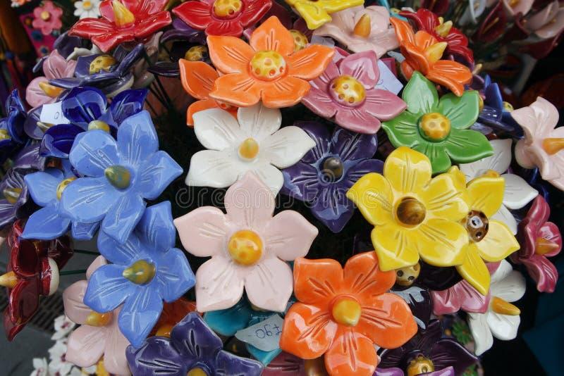 Ceramisch bloemboeket bij de Straatmarkt stock afbeelding