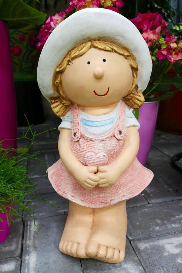 Ceramisch cijfer van wat meisje het tuinieren Decoratief stuk speelgoed beeldhouwwerk voor de tuin herinnering stock afbeeldingen