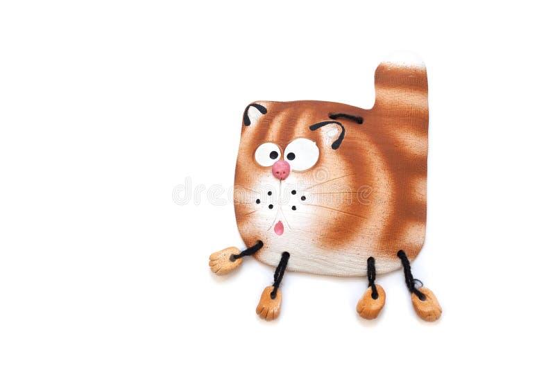 Ceramisch die beeldje van een kat op de muur wordt gehangen stock foto