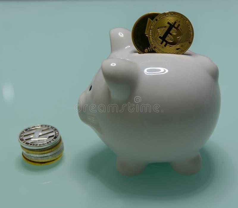 Ceramisch Spaarvarken met opgenomen bitcoin en ethereum en stapel van muntstukken besid close-up stock foto's