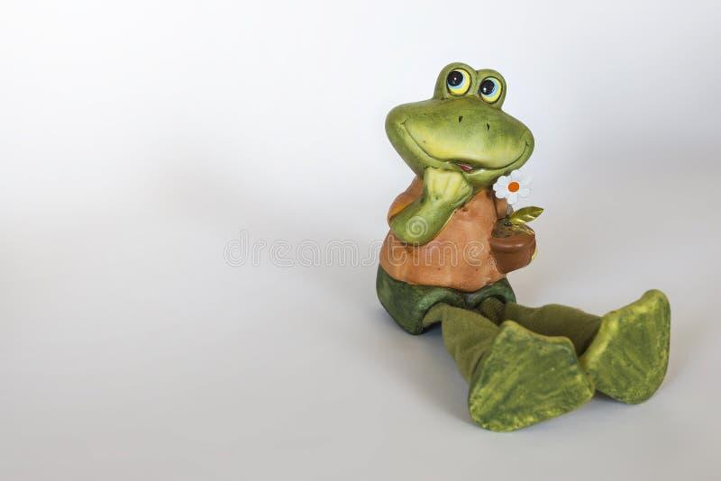 Ceramisch standbeeld van vrolijke Kikker met bloem royalty-vrije stock fotografie