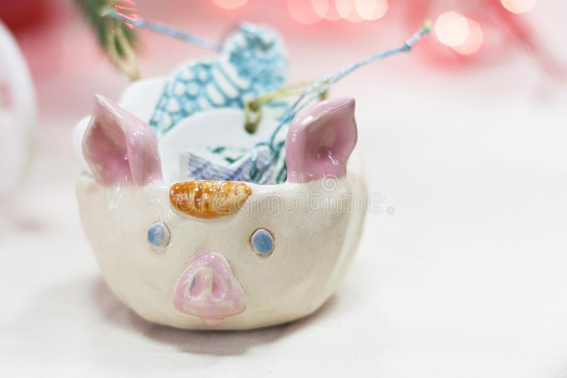 Ceramisch stuk speelgoed in de vorm van een varken royalty-vrije stock foto's