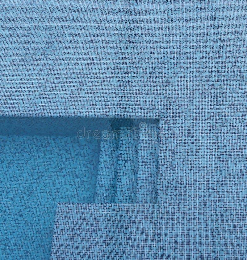 Ceramisch zwembad met trede stock afbeelding