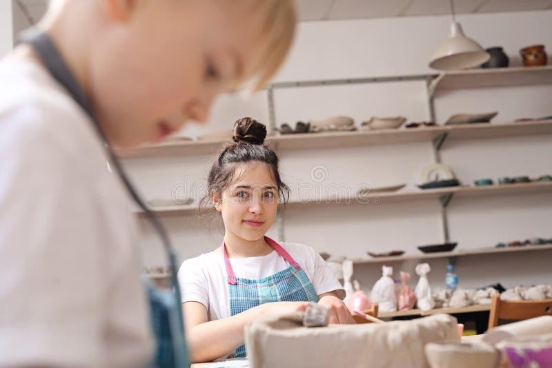Ceramische cursus voor kinderen stock afbeeldingen