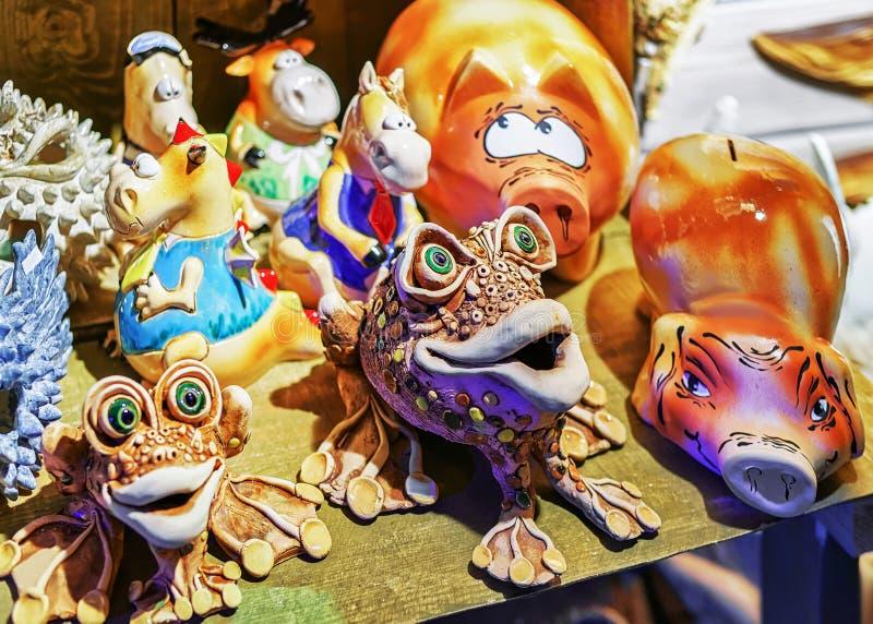 Ceramische dierlijke cijfers bij de box tijdens Kerstmismarkt van Riga stock afbeelding