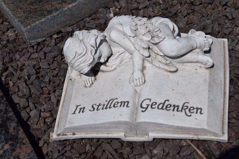 Ceramische engel, die engelenbegraafplaats bewaken stock afbeeldingen