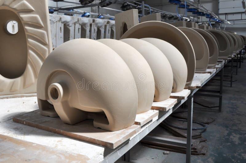 Ceramische gootsteenfabriek stock foto's