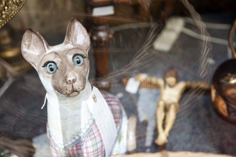 Ceramische kat in een winkelvenster van een antieke opslag stock afbeeldingen