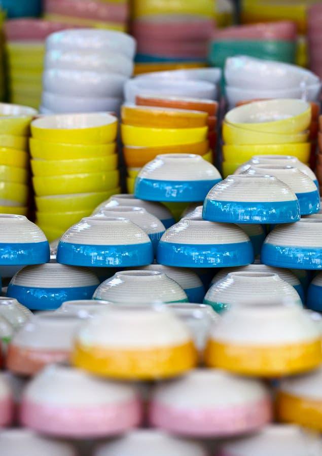 Ceramische kleurenschotels op markt royalty-vrije stock afbeelding
