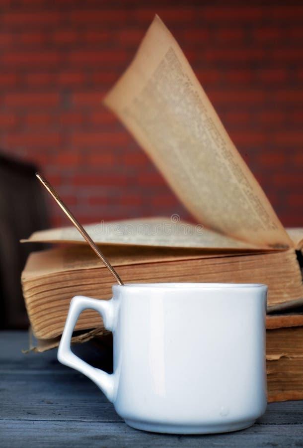 Ceramische kop met koffie en een theelepeltje op de achtergrond van twee stock foto