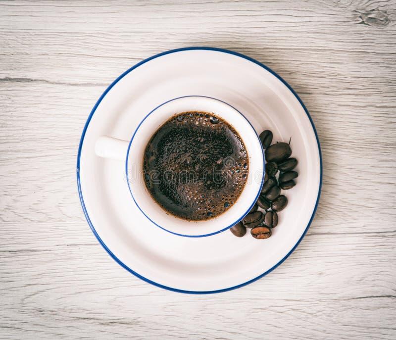Ceramische kop van koffie met koffiebonen, oogst-me-omhoog, ochtend rit stock foto's