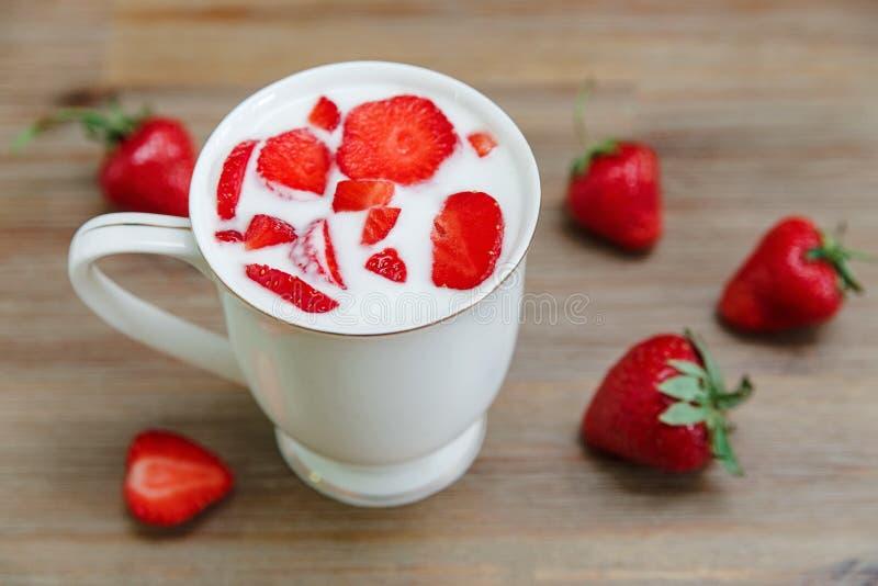 Ceramische Kop van Yoghurt, Rode Verse Aardbeien op de Houten Achtergrond Ontbijt Organisch Gezond Voedsel Kokende Vitamineningre stock afbeelding
