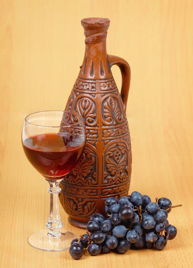 Ceramische kruik en een glas stock afbeeldingen