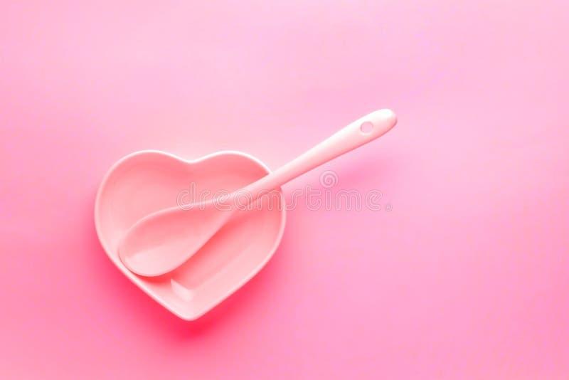 Ceramische lepel in de plaat als hart Het roze stemmen Modern glanzend vaatwerk Malplaatje voor de Dag of het huwelijks romantisc royalty-vrije stock afbeeldingen