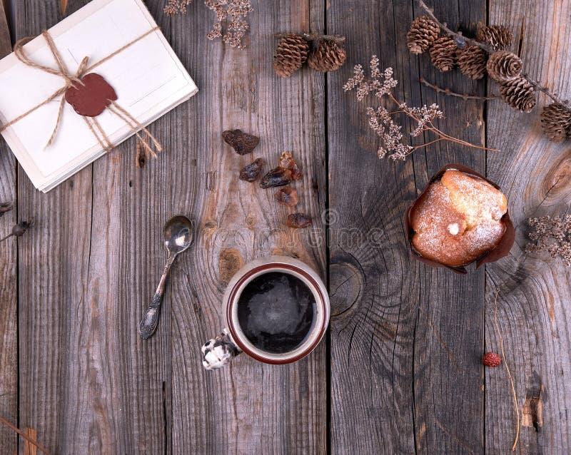 ceramische mok met zwarte koffie stock afbeelding