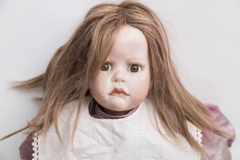 Ceramische porselein met de hand gemaakte pop met blond haar en violette kleding royalty-vrije stock foto's