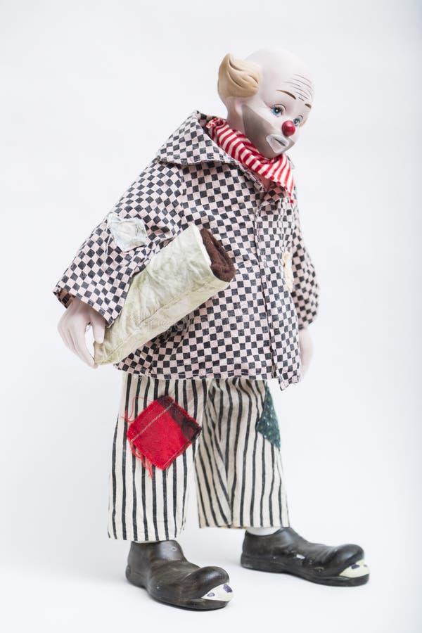 Ceramische porselein met de hand gemaakte pop van droevige clown op witte achtergrond royalty-vrije stock afbeelding