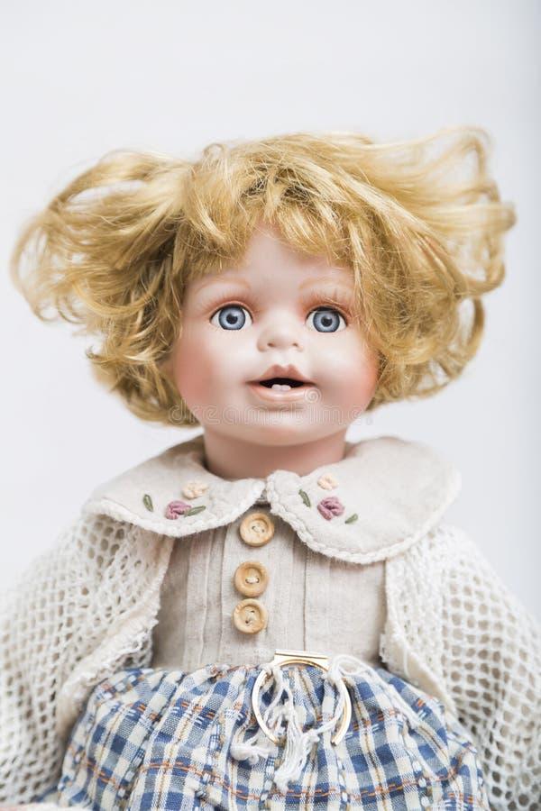 Ceramische porseleinpop met krullend blond haar stock foto's