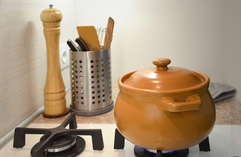 Ceramische pot op een witte oppervlakte van het glasgas beeld stock fotografie