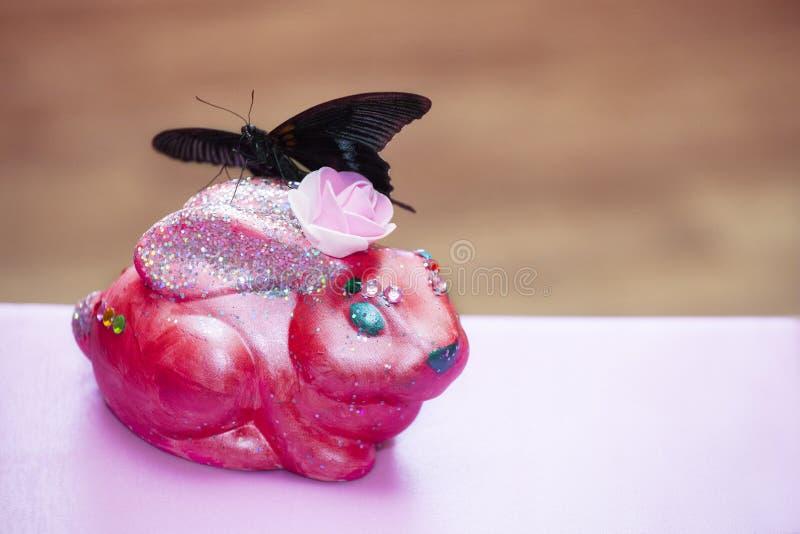Ceramische roze konijntjesvlinder incept royalty-vrije stock fotografie