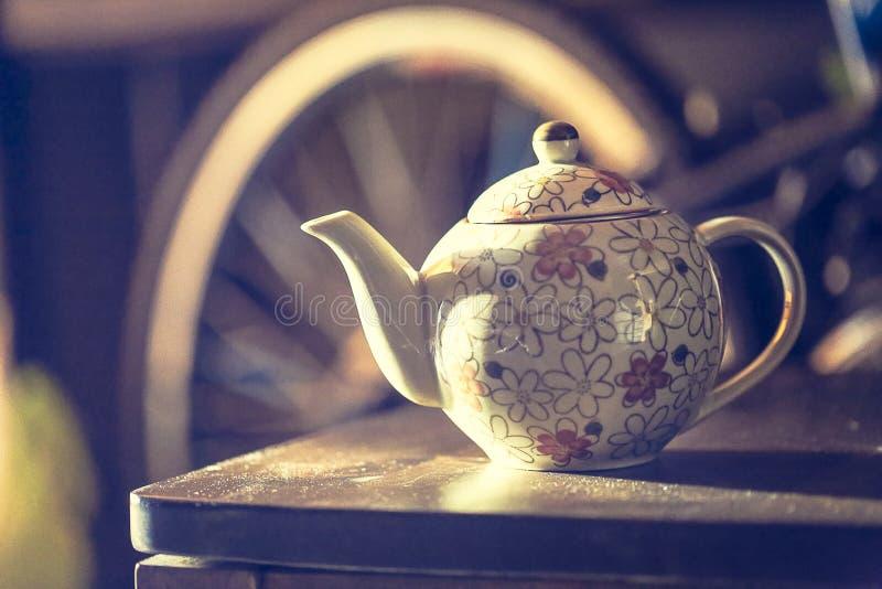 Ceramische theepot, ceramische kop op de houten lijst royalty-vrije stock afbeelding
